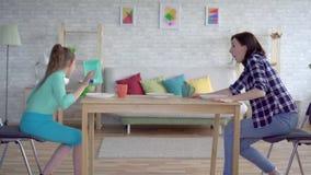 Σεισμός στην πόλη, τη μητέρα και την κόρη εσωτερικού, που κρύβουν στο πλαίσιο του πίνακα απόθεμα βίντεο