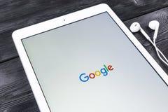 Σελίδα αρχικών σελίδων Ιστού έναρξης Google στην επίδειξη της Apple iPad υπέρ Το Google είναι μια αμερικανική πολυεθνική εταιρία  Στοκ φωτογραφίες με δικαίωμα ελεύθερης χρήσης