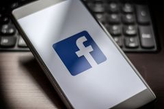 Σελίδα Facebook στο smartphone στον πίνακα στοκ εικόνες με δικαίωμα ελεύθερης χρήσης