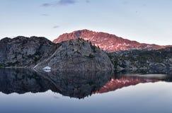 Σενέκας Lake στη σειρά ποταμών αέρα, δύσκολα βουνά, Ουαϊόμινγκ, απόψεις από το ίχνος πεζοπορίας στη λεκάνη Titcomb από Elkhart Π στοκ φωτογραφία με δικαίωμα ελεύθερης χρήσης