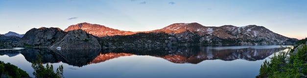Σενέκας Lake στη σειρά ποταμών αέρα, δύσκολα βουνά, Ουαϊόμινγκ, απόψεις από το ίχνος πεζοπορίας στη λεκάνη Titcomb από Elkhart Π στοκ φωτογραφία