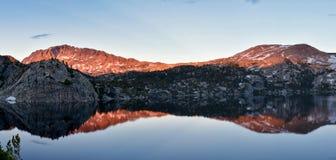 Σενέκας Lake στη σειρά ποταμών αέρα, δύσκολα βουνά, Ουαϊόμινγκ, απόψεις από το ίχνος πεζοπορίας στη λεκάνη Titcomb από Elkhart Π στοκ εικόνα με δικαίωμα ελεύθερης χρήσης