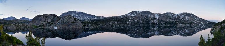 Σενέκας Lake στη σειρά ποταμών αέρα, δύσκολα βουνά, Ουαϊόμινγκ, απόψεις από το ίχνος πεζοπορίας στη λεκάνη Titcomb από Elkhart Π στοκ εικόνες με δικαίωμα ελεύθερης χρήσης