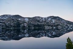 Σενέκας Lake στη σειρά ποταμών αέρα, δύσκολα βουνά, Ουαϊόμινγκ, απόψεις από το ίχνος πεζοπορίας στη λεκάνη Titcomb από Elkhart Π στοκ εικόνες