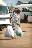 ΣΕΝΕΓΑΛΗ - 12 ΙΟΥΝΊΟΥ: Μια γυναίκα που περπατά στην οδό με τις μεγάλες τσάντες ο Στοκ φωτογραφία με δικαίωμα ελεύθερης χρήσης
