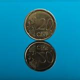 20 σεντ, ευρο- νόμισμα χρημάτων στο μπλε με την αντανάκλαση Στοκ Φωτογραφίες