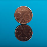 5 σεντ, ευρο- νόμισμα χρημάτων στο μπλε με την αντανάκλαση Στοκ Φωτογραφία