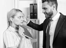 Σεξουαλική παρενόχληση στο γραφείο Ασέβεια Θηλυκά δικαιώματα προστασίας στοκ εικόνα