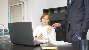 Σεξουαλική παρενόχληση στο γραφείο δύο, ένας άνδρας και μια γυναίκα στο γραφείο στοκ φωτογραφία με δικαίωμα ελεύθερης χρήσης