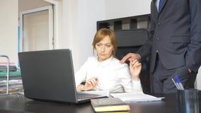 Σεξουαλική παρενόχληση στο γραφείο δύο, ένας άνδρας και μια γυναίκα στο γραφείο στοκ εικόνες με δικαίωμα ελεύθερης χρήσης