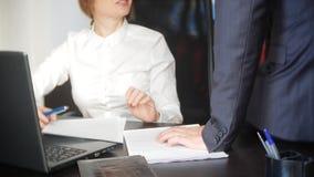 Σεξουαλική παρενόχληση στο γραφείο δύο, ένας άνδρας και μια γυναίκα στο γραφείο στοκ εικόνες