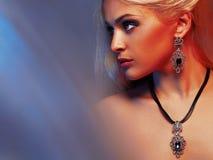 Σεξουαλική όμορφη ξανθή γυναίκα στο κόσμημα Στοκ Εικόνες