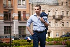 Σεξουαλικός επιχειρηματίας στο μπλε κοστούμι στοκ εικόνα