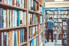 ΣΕΟΥΛ, ΚΟΡΕΑ - 13 ΑΥΓΟΎΣΤΟΥ 2015: Ο έλεγχος ατόμων κρατά έξω σε ένα βιβλιοπωλείο του κέντρου συμβάσεων και έκθεσης COEX - Σεούλ,  Στοκ Εικόνα