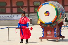 ΣΕΟΥΛ, ΝΟΤΙΑ ΚΟΡΕΑ May 28, 2017 Η βασιλική φρουρά του παλατιού Gyeongbokgung Στοκ Φωτογραφίες