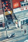 ΣΕΟΥΛ, ΝΟΤΙΑ ΚΟΡΕΑ - 10 ΑΥΓΟΎΣΤΟΥ 2015: Μια νεολαία συνδέει τα χέρια και τη διάβαση εκμετάλλευσης κάτω από την οδό με την ευτυχία Στοκ Εικόνες