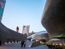 Σεούλ, Νότια Κορέα - 16 Απριλίου 2018: Σχέδιο Plaza DDP Dongdaemun ανθρώπων και επισκέψεων touristor Νεώτερος και πιό εικονικός ο Στοκ εικόνες με δικαίωμα ελεύθερης χρήσης