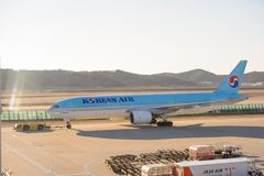Σεούλ, Νότια Κορέα - 17 Δεκεμβρίου 2015: Ο αέρας της Κορέας από τον κανονισμό του Boeing 777-200 HL7575 ήταν φορολογώντας στο τερ Στοκ φωτογραφία με δικαίωμα ελεύθερης χρήσης