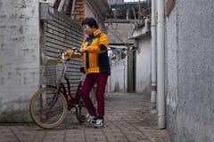 Σεούλ, Νότια Κορέα - 18 03 18: ενήλικη γυναίκα σε ένα ποδήλατο στην πόλη στοκ φωτογραφία με δικαίωμα ελεύθερης χρήσης