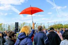 Σεπτέμβριος, 16 2017, Τούλα, Ρωσία - ο διεθνής στρατιωτικός και ιστορικός τομέας ` φεστιβάλ ` Kulikovo: μια κόκκινη ομπρέλα στοκ φωτογραφία