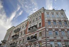 12 Σεπτεμβρίου 2010 - αρχαία ιστορική αρχιτεκτονική στο κέντρο του Κίεβου ενάντια στο μπλε ουρανό με τα άσπρα σύννεφα στοκ εικόνες