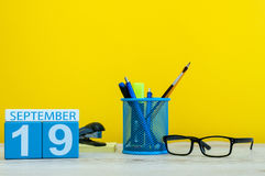 19 Σεπτεμβρίου Εικόνα της 19ης Σεπτεμβρίου, ημερολόγιο στο κίτρινο υπόβαθρο με τις προμήθειες γραφείων Πτώση, χρόνος φθινοπώρου Στοκ Εικόνες