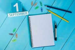 1 Σεπτεμβρίου εικόνα του ξύλινου ημερολογίου χρώματος της 1ης Σεπτεμβρίου στο μπλε υπόβαθρο Ημέρα φθινοπώρου Κενό διάστημα για το Στοκ Εικόνες