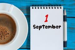 1 Σεπτεμβρίου ημέρα 1 του μήνα, με κινητά φύλλα ημερολόγιο στο μπλε υπόβαθρο με το φλυτζάνι καφέ πρωινού Χρόνος φθινοπώρου Κενό δ Στοκ Εικόνες