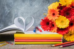 1 Σεπτεμβρίου κάρτα έννοιας, ημέρα δασκάλων `, πίσω στο σχολείο ή το κολλέγιο, προμήθειες, ξυπνητήρι Στοκ Εικόνες