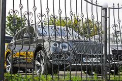 2 Σεπτεμβρίου 2017, Κίεβο - Ουκρανία  Το Bentley Bentayga είναι πίσω από τα κάγκελα αυτοκίνητο νέο στοκ φωτογραφίες