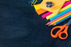 1 Σεπτεμβρίου, πίσω στο σχολείο ή το κολλέγιο flatlay με τις προμήθειες στον πίνακα Στοκ Εικόνες