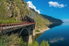 1 Σεπτεμβρίου, τραίνο ατμού που περνά πέρα από τη γέφυρα στο σιδηρόδρομο circim-Baikal Στοκ Εικόνες