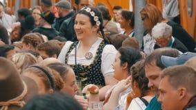 17 Σεπτεμβρίου 2017 - Oktoberfest, Μόναχο, Γερμανία: Οι άνθρωποι που στηρίζονται, γελώντας έχοντας τη διασκέδαση και κάθονται την φιλμ μικρού μήκους