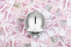 Σερβικά χρήματα μετρητών Δηναρίων και ασημένια piggy τράπεζα στον πίνακα στοκ εικόνες
