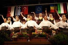 Σερβικοί λαϊκοί χορευτές σε ένα φεστιβάλ Στοκ Φωτογραφίες