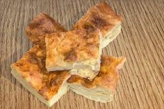 Σερβικός σωρός φετών πιτών τυριών Gibanica στο ξύλινο υπόβαθρο Στοκ εικόνα με δικαίωμα ελεύθερης χρήσης