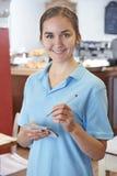 Σερβιτόρα έτοιμη να πάρει τη διαταγή στον καφέ Στοκ εικόνα με δικαίωμα ελεύθερης χρήσης