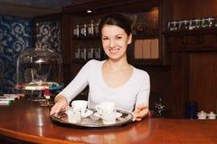 Σερβιτόρα και ένας δίσκος του καφέ Στοκ Φωτογραφία