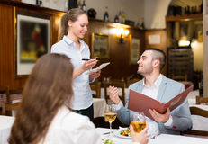 Σερβιτόρα και φιλοξενούμενοι στον καφέ στοκ φωτογραφία με δικαίωμα ελεύθερης χρήσης