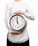 Σερβιτόρα που κρατά ένα ρολόι Στοκ φωτογραφία με δικαίωμα ελεύθερης χρήσης