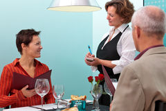 Σερβιτόρα που παίρνει μια κατάταξη τροφίμων Στοκ Φωτογραφία