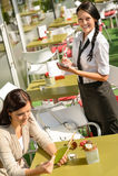 Σερβιτόρα που περιμένει τη γυναίκα για να διατάξει τον κατάλογο επιλογής Στοκ Φωτογραφία