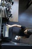Σερβιτόρα σε ένα εστιατόριο που χρεώνει με την αφή POS Στοκ εικόνες με δικαίωμα ελεύθερης χρήσης