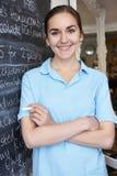 Σερβιτόρα στις επιλογές γραψίματος εστιατορίων στον πίνακα Στοκ φωτογραφίες με δικαίωμα ελεύθερης χρήσης