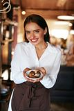 Σερβιτόρα στον καφέ Γυναίκα με τις καραμέλες σοκολάτας στη βιομηχανία ζαχαρωδών προϊόντων στοκ εικόνες με δικαίωμα ελεύθερης χρήσης