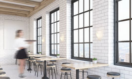 Σερβιτόρος γυναικών στη καφετερία Στοκ Φωτογραφία