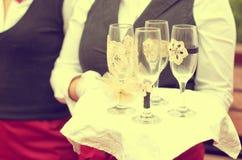Σερβιτόρος με τα κενά γυαλιά σαμπάνιας Στοκ Εικόνες