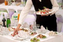 Σερβιτόρος με τα τρόφιμα Στοκ εικόνα με δικαίωμα ελεύθερης χρήσης