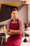 Σερβιτόρος που εργάζεται με την ευχαρίστηση στοκ φωτογραφίες