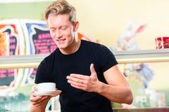 Σερβιτόρος που εργάζεται στον καφέ παγωτού Στοκ φωτογραφία με δικαίωμα ελεύθερης χρήσης